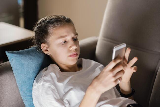 Jeune fille sur son téléphone